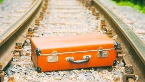Vieille valise brune sur le chemin de fer images libres de droits