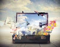 Vieille valise complètement de souvenirs Images stock
