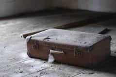 Vieille valise jetée Image libre de droits