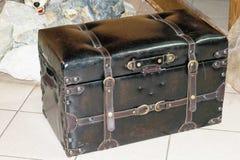 Vieille valise noire en cuir Images libres de droits