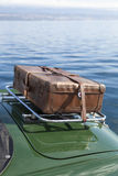 Vieille valise sur la voiture de sport de vintage Photo libre de droits