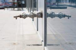 Vieille valve de tuyau sur le concept de tuyau d'acier de rue du déficit d'eau douce images libres de droits