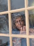 Vieille vieille femme à la fenêtre Photo libre de droits
