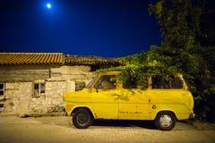 Vieille vieille voiture sale rouillée Photo stock
