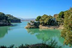 Vieille villa espagnole de luxe par un lac Image libre de droits