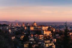 Vieille ville à Bergame pendant le coucher du soleil photographie stock libre de droits