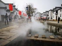 Vieille ville étant couverte de brouillard photographie stock