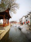 Vieille ville étant couverte de brouillard image libre de droits