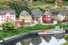 Vieille ville allemande de ville de Lego avec le bateau Photo stock