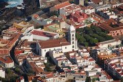 Vieille ville avec l'église Photographie stock