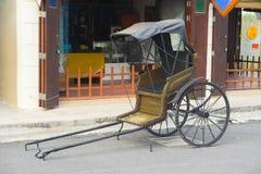 Vieille ville avec les entraîneurs bruns alignés en avant chariot Images stock