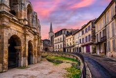 Vieille ville d'Arles et amphithéâtre romain, Provence, France photographie stock libre de droits