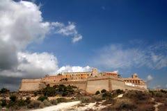 Vieille ville d'Ibiza sous le ciel excessif Images stock