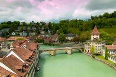 Vieille ville de Berne, Suisse avec la rivière Aare le jour obscurci Photos stock