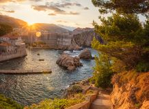 Vieille ville de Dubrovnik au lever de soleil, à la vue stupéfiante du mur de ville antique et au fort Bokar de la forteresse Lov images stock