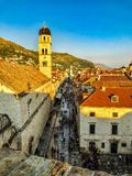 Vieille ville de Dubrovnik pendant le coucher du soleil orange des murs de ville photos libres de droits