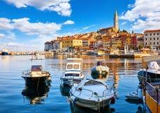 Vieille ville de Rovinj, Croatie Canots automobiles et sur l'eau images stock
