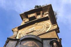 Vieille ville de Tbilisi, la Géorgie, tour d'horloge célèbre de théâtre Rezo Gabriadze de marionnette photos stock