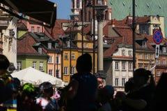 Vieille ville de Varsovie, les gens portant les vêtements colorés photo stock