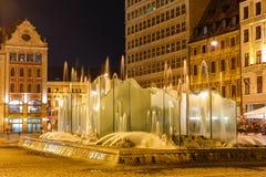 Vieille ville de Wroclaw avec la fontaine la nuit image stock