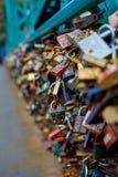 Vieille ville de Wroclaw L'amour célèbre padlocks accrocher sur le pont de Tumski Photographie stock libre de droits