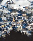 Vieille ville européenne près de la montagne à l'hiver Photographie stock