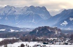Vieille ville européenne près de la montagne à l'hiver Image stock
