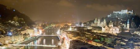 Vieille ville européenne près de la montagne à l'hiver Photographie stock libre de droits