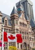 Vieille ville hôtel et drapeau canadien Photographie stock