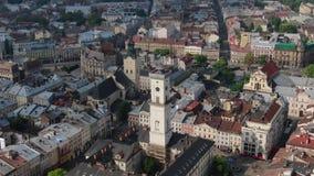 Vieille ville Lviv, Ukraine de toits et de rues Panorama de la ville antique Conseil municipal, hôtel de ville, Ratush, vieille é banque de vidéos