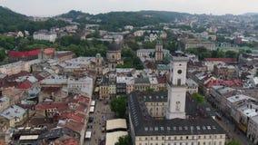 Vieille ville Lviv, Ukraine de toits et de rues Partie centrale de vieille ville Ville europ?enne au printemps Secteurs en masse  clips vidéos