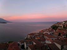 Vieille ville par le lac Ohrid sous le ciel rose et bleu stupéfiant de matin Photos libres de droits