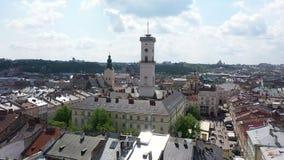 Vieille ville a?rienne Lviv, Ukraine de toits et de rues Panorama de la ville antique H?tel de ville, Ratush Tir de bourdon clips vidéos