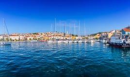 Vieille ville romantique merveilleuse à la Mer Adriatique Bateaux et yachts dedans images libres de droits