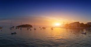 Vieille ville romantique merveilleuse à la Mer Adriatique Bateaux et yachts dedans photo stock
