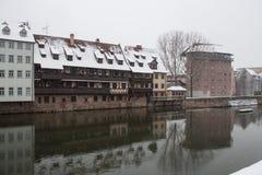 Vieille ville sur le canal de rivière de Pegnitz dans l'horaire d'hiver nuremberg bavaria l'allemagne images libres de droits