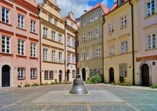Vieille ville Varsovie - vieille cloche criquée de la cathédrale maintenant dans une place Images stock
