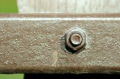 Vieille vis avec la peinture sur la fin de barrière en métal vers le haut du foyer sélectif Image stock