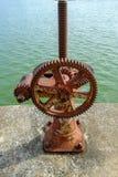 Vieille vitesse et mécanisme rouillé de roue dentée, roue de vitesse de dent pour l'eau Photos stock