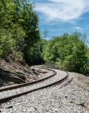 Vieille voie de chemin de fer aux automnes élevés de la fraude Images stock