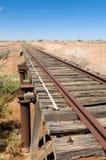 Vieille voie de chemin de fer de Ghan par la piste d'Oodnadatta Photo libre de droits
