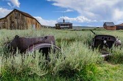 Vieille voiture abandonnée dans une ville fantôme Images libres de droits