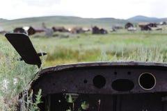 Vieille voiture abandonnée dans une ville fantôme Photographie stock
