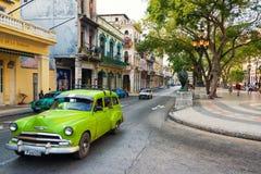Vieille voiture américaine à la rue célèbre d'EL Prado à vieille La Havane Image stock