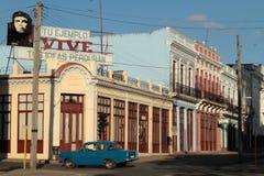 Vieille voiture américaine classique dans l'endroit de canalisation de Cienfuegos Photographie stock
