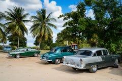 Vieille voiture américaine sur la plage en Trinidad Cuba Photographie stock