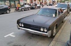 Vieille voiture avec un billet Image stock