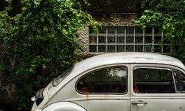Vieille voiture blanche de Volkswagen Image libre de droits