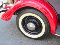 Vieille voiture classique, roue et amortisseur rouge Photo stock