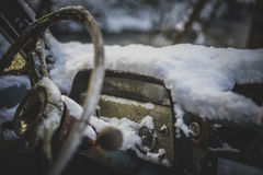 Vieille voiture couverte de neige Photo stock